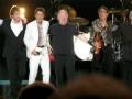 De gehele line up van de Final Reunion Tour 2009 bij Wembley Arena. Met Mark Griffiths bas, Keith Hayman keyboard en Warren Bennett keyboard/gitaar.