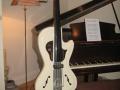 Burns Ormston Upride Bass 1968, gemaakt als Ormston Studio Workshop Design door Jack Golder, bij een vleugel.