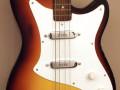 V204 Bassmaster II 1961-1963, 2 Vox V1 pickups, Plywood body in Sunburst, body front met socket aan de zijkant.