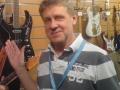 Barry Gibson, founder en managing director van de BURNS London Company sinds 1992 tussen zijn modellen.