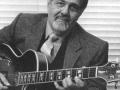 Jazz gitarist Ike Isaacs adviseur en mededirecteur van Ormston Burns Ltd en oude muziekleraar van Hank Marvin.