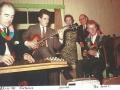 Jim Burns (links) bespeelt zijn zelfgebouwde Hawaain Steel gitaar in 1961 op de bruiloft van mededirecteur Peter Farrell. In het midden mededirecteur (Alice) Louise Farrell.