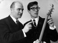 Jim Burns met Hank Marvin bewonderen de eerste Burns Marvin.