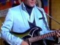 Elvis Presley met zijn Burns Double Six 1964.