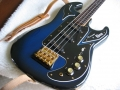 Burns Legend Shadows bass in Blueburst met golden hardware gebruikt door Jet Harris.