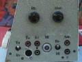 Dynacord WV10 1953 met ingebouwde radio ontvanger, 10 watt chassis met 3  buizen (AZ11, ECF12 en EL12), linker zijkant met 4 inputs, antenne en aarde.