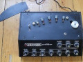 Johnson Auto Gain Echomaster Solid state Vintage Tape Echo, Made in London England, recht model, front. Afdekkap van tapeloop.