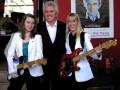 Bruce Welch met de dames Zoe (UK) en Matilda (Fr) met blauwe Strat gebouwd door Jean Paul Caro (France).
