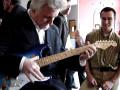 Bruce Welch met de blauwe Strat van de Franse gitariste Matilda gebouwd door Jean Paul Caro (France).