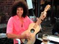 Brian May met zijn Toledo voor restauratie.