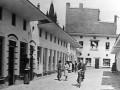 Noodwinkeltjes na de oorlog in de gebombardeerde Hooghuisstraat.