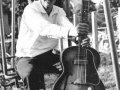 Peter Koelewijn met zijn Egmond gitaar.