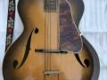 Wilson acoustische Jazz gitaar Sunburst type JG 57-1. Met typische druppelvorm bij de F gaten, grote body 47 x 54 cm.