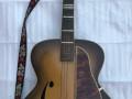 Wilson acoustische Jazz gitaar Sunburst type JG 57-1. Met typische druppelvorm bij de F gaten, Totale lengte is 107 cm.