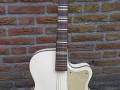Wilson acoustische jazz gitaar JG 57-1 CA wit met made by Egmond embleem.  Met typische peervorm bij de F gaten.