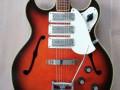 Frima ES gitaar Redburst met 3  pickups en tremolo, body  front.