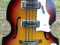 Lion 104 Bass met 2 Luxtone pickups, body front witte slagplaat.