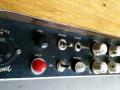 Egmond V1831 gitaarversterker 1963, display panel links met aardeswitch, tremololampje, depth en frequency controls,  footswitch input,  Din plug  vervangen door jacks.