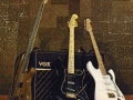 Hank 's zwarte Fender Stratocaster bij de Chanche of Adress Tour van 1980. De witte gitaar is de authentieke Pink Flamingo 1959 no. 34346 overgespoten in wit. Links de basgitaar van George Ford.