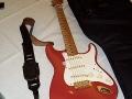 De legendarische eerste Fender Stratocaster no. 34346 met maple neck en golden hardware. Gebruikt van eind 1959 tot maart 1961. Enkele malen overgespoten in een andere kleur en nu weer terug in Fiesta Red. Thans in bezit van Bruce Welch.