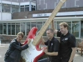 Hank poseert met de Giant Fender Stratocaster Fiesta Red.