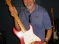Paul Rossiter van TVS3 toont de legendarische eerste Shadows Fender Stratocaster serieno, 34346.