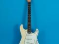 Fender Stratocaster Olympic White 1964, rosewood toets, witte slagplaat, soortgelijk als Hank en Bruce gebruikten in 1963.