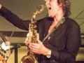 """Dynamische Paul van der Voort speelt vanaf het eerste uur bij The Black Albino's de rhytmgiaar en saxofoon. Ook in de band van Peter Koelewijn de saxofonist: """"Kom van dat dak af""""."""