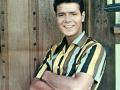 1959  Cliff Richard met een Cliff Richard shirt, gelanceerd door Ronnie Ernstone.