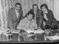 1959  Cliff tekent in het bijzijn van zijn ouder het contract met manager (1959-1961) Tito Burns.