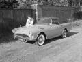 1959 augustus Cliff Richard met zijn 1e auto, een Sunbeam Alpine grijs met rood leren bekleding.
