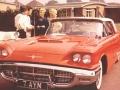 1960 Cliff Richard  met Jet Harris en diens blonde vrouw Carol Costa bij Cliff's 2e auto de rode Ford Thunderbird.