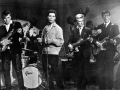 1961  The Shadows (met Jet Harris) als muzikanten in The Young Ones.