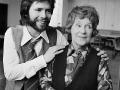 1971 Cliff Richard met baard met actrice Kathleen Harrison (1892 - 1995), zij medespeler in het Graham Greene toneelstuk 'The Potting Shed' in Sadler'Wells Theatre in noord London.