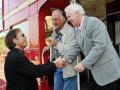 2008  Sir Cliff Richard ontmoet Teddy Green (midden) en Jeremy Bulloch (rechts) opnieuw bij de Summer Holiday bus.