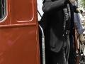 Cliff komt aan in grote rode bus bij de opening van een nieuw radiostation in Frinton.