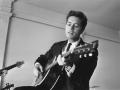 Cliff Richard met zijn Gibson J200 - 1964.