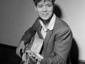 Cliff Richard backstage met een Hofner gitaar in 1958.