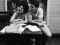 Cliff Richard en Carole Grey bestuderen het script tijdens de pauze van de repetities voor 'The Young Ones' in 1961.