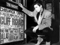 Cliff Richard kijkt op de concert poster met zijn naam in Chiswick Empire in 1958.
