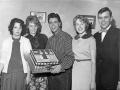 Cliff Richard krijgt van zijn fans een verjaardagstaart.