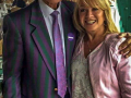 Cliff Richard met zangeres en musical ster Elaine Paige (Miss you nights) op Wimbledona.