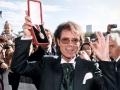 Cliff Richard met zijn adelijke onderscheiding in 1995.
