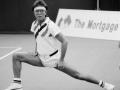 Cliff Richard strekt zich voor een liefdadigheids tennis match in 1989.