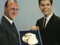 Norrie Paramor en Cliff Richard met een gouden plaat voor 'The Next Time'.