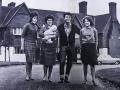 Cliff met moeder en 2 zussen.