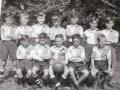 Cliff op de achterste rij 3e van rechts in het schoolelftal.