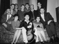 1959 februari Cliff, The Shadows, Donna en Dorothy Webb, crew met managers Tito Burns (links) en George Ganjou (rechts).
