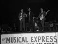 Winner Small Groups NME Readers Poll Awards 1962 The Shadows met Brian Bennett en Brian Locking.