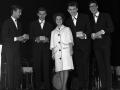 Winner Small Groups NME Readers Poll Awards 1961 The Shadows shiny suited, prijs ontvangen uit handen van Connie Francis. Met Jet Harris en Brian Bennett.